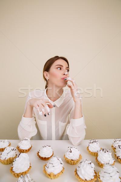 Concentrato giovani signora posa mangiare Foto d'archivio © deandrobot
