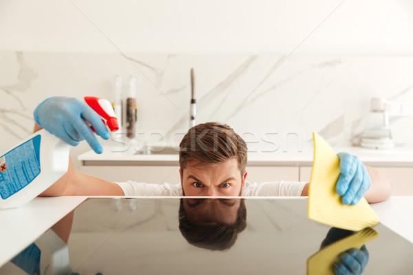 Ernstig toevallig bebaarde man kachel keuken Stockfoto © deandrobot