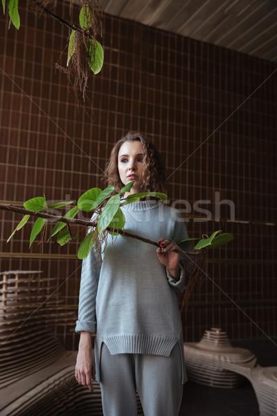 Jeune femme permanent art plate-forme sombre portrait Photo stock © deandrobot