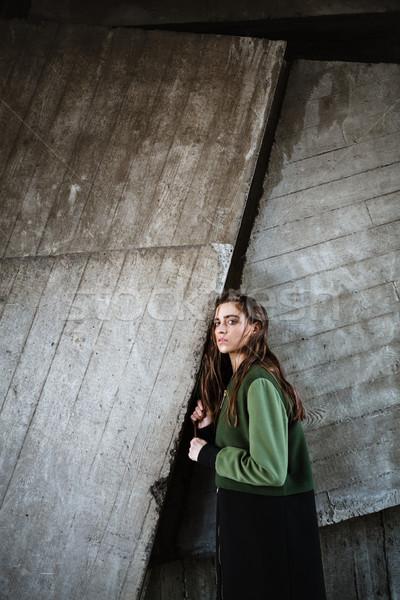 Incroyable jeune femme permanent posant extérieur image Photo stock © deandrobot