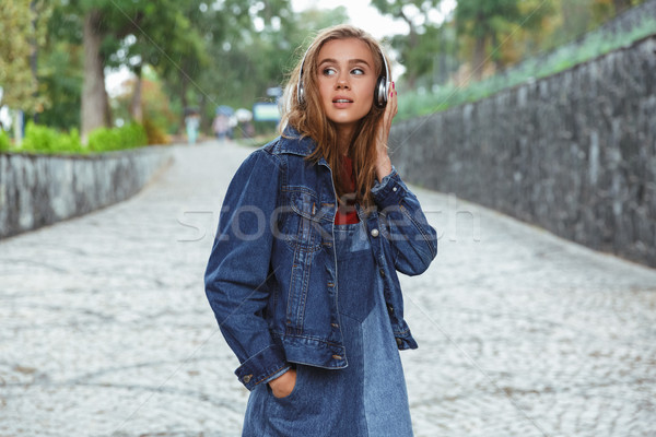 Portrait jeunes joli adolescente écouter de la musique casque Photo stock © deandrobot