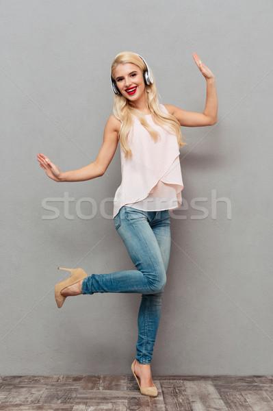 Teljes alakos portré mosolyog lány zenét hallgat fülhallgató Stock fotó © deandrobot