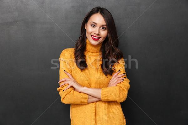 Sorridere bruna donna maglione braccia guardando Foto d'archivio © deandrobot