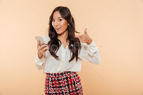Nő mutat ujj okostelefon örvend modern Stock fotó © deandrobot