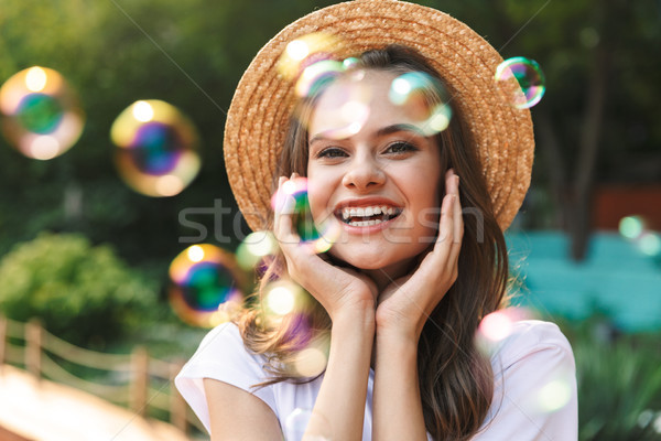 Vrolijk jong meisje zeepbellen park buitenshuis Stockfoto © deandrobot