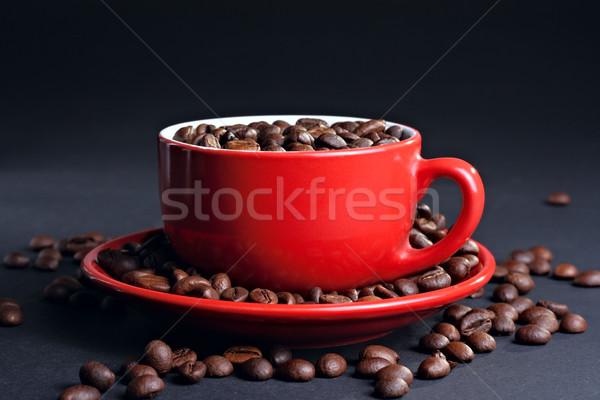 Copo pires grãos de café escuro café vermelho Foto stock © DedMorozz