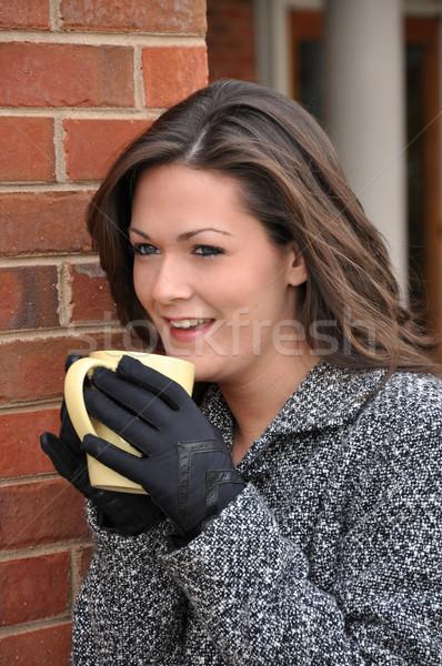 商業照片: 女孩 · 飲用水 · 咖啡 · 外 · 外套 · 女子