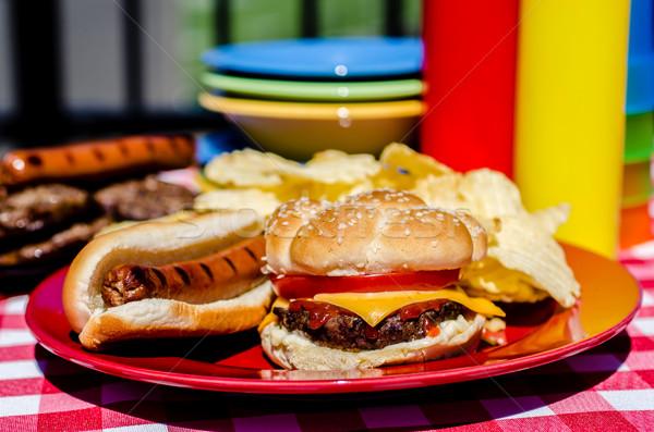 Cheeseburger hot dog chips mosterd ketchup flessen Stockfoto © dehooks