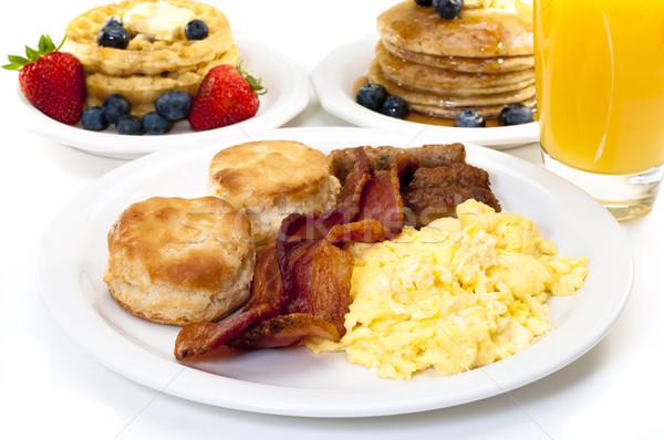 Groot ontbijt plaat roereieren spek biscuits Stockfoto © dehooks