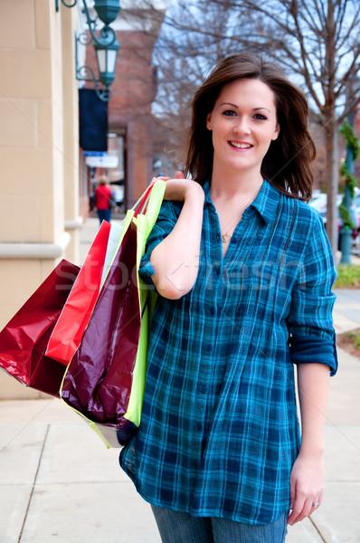 Vonzó fiatal barna hajú vásárlás sétál lefelé Stock fotó © dehooks