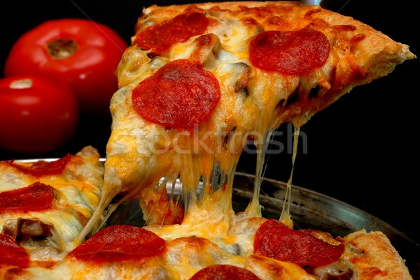 Peperoni pizza slice plakje pizza geheel tomaten Stockfoto © dehooks