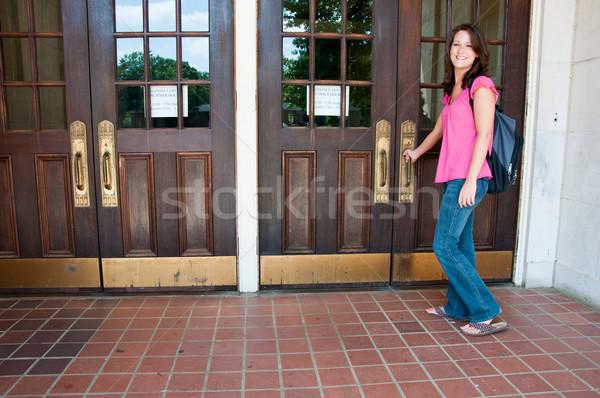 Női főiskolai hallgató hátizsák áll bejárati ajtó iskola Stock fotó © dehooks