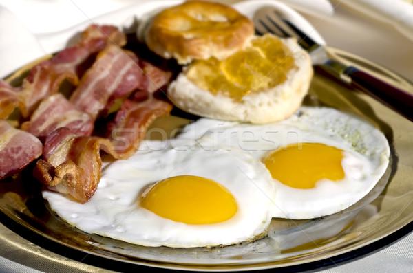 Desayuno fuera placa huevos tocino galletas Foto stock © dehooks
