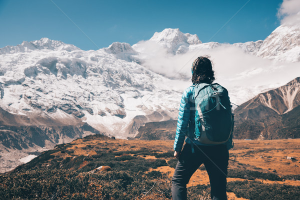 Donna pietra montagna valle piedi Foto d'archivio © denbelitsky
