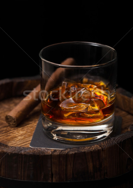 Foto stock: Vidrio · whisky · cigarro · superior