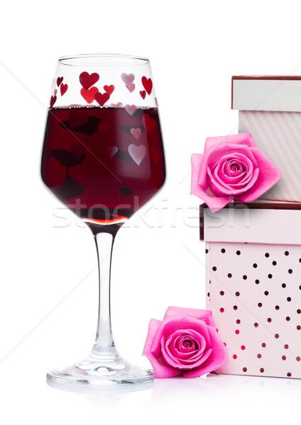 Vidro vinho tinto coração rosa caixa de presente rosa Foto stock © DenisMArt
