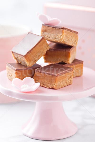 Karamell keksz desszert rózsaszín torta áll Stock fotó © DenisMArt