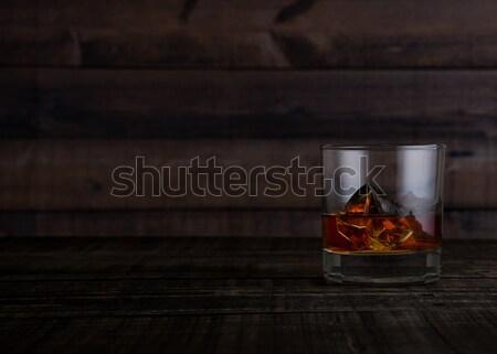 Foto stock: Vidrio · whisky · mesa · de · madera · fondo · hielo