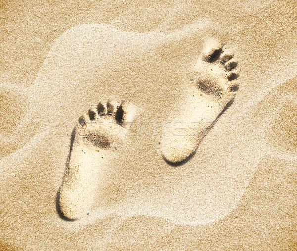 Lábnyomok emberi tengerparti homok tengerpart természet háttér Stock fotó © designsstock