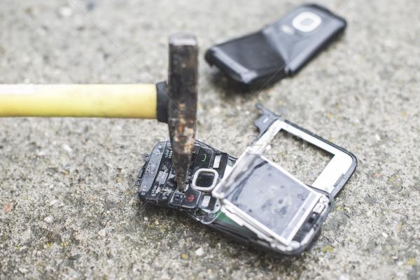 Oude gebroken mobiele telefoon hamer telefoon technologie Stockfoto © deyangeorgiev