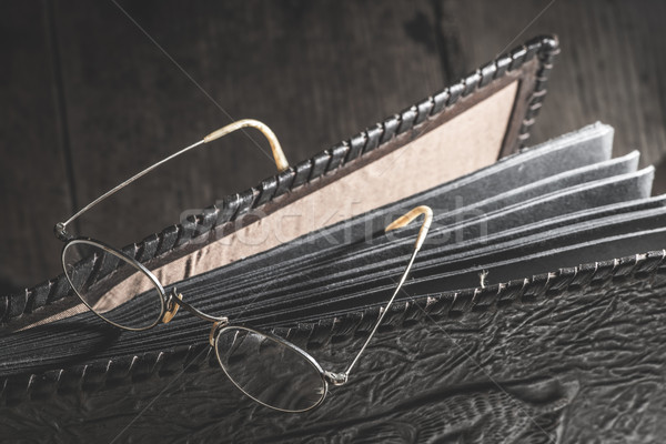 öreg klasszikus szemüveg fényképalbum bőr család Stock fotó © deyangeorgiev
