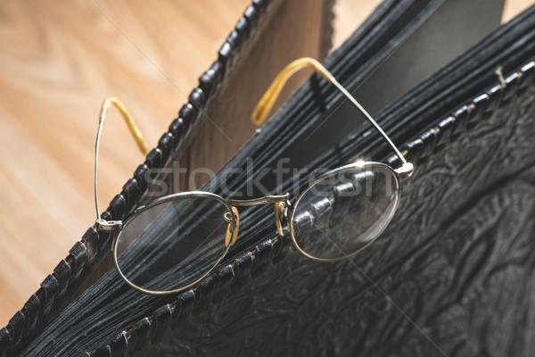 Vecchio vintage occhiali photo album pelle famiglia Foto d'archivio © deyangeorgiev