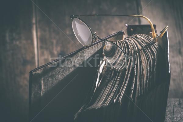 Eski bağbozumu gözlük kitap eski kitap düşük Stok fotoğraf © deyangeorgiev