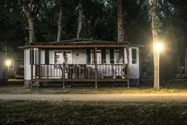 木製 バンガロー キャンプ 1泊 水 草 ストックフォト © deyangeorgiev