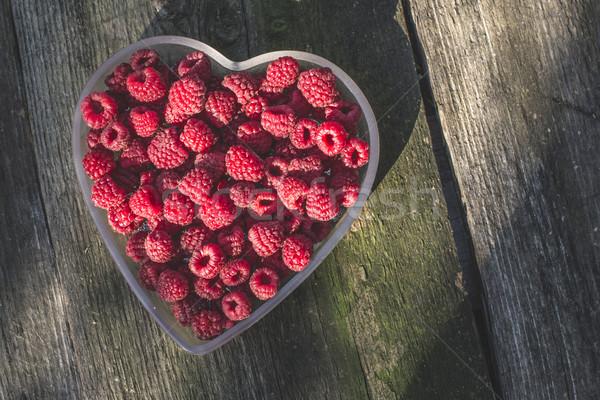 Framboesas tigela madeira forma de coração amor natureza Foto stock © deyangeorgiev