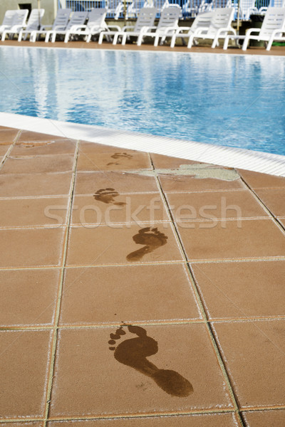 Empreintes pieds nus piscine eau mer été Photo stock © deyangeorgiev