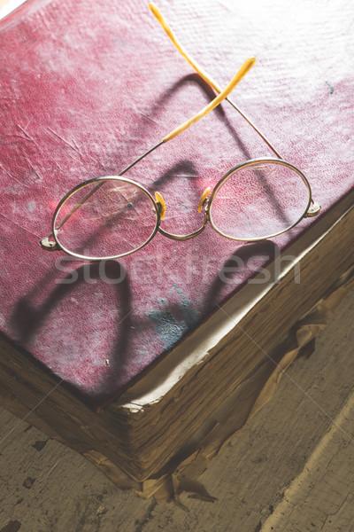 Velho vintage óculos velho livro baixo luz Foto stock © deyangeorgiev
