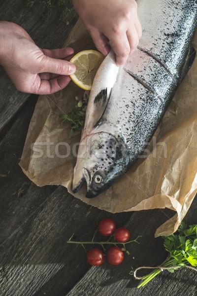 Geheel zalm vis koken groenten tabel Stockfoto © deyangeorgiev