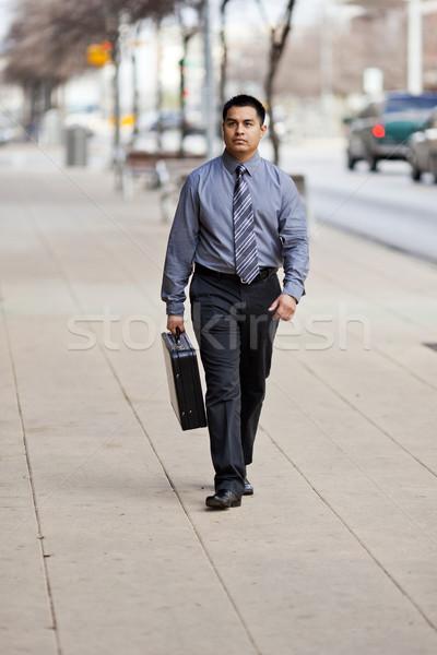 Latino zakenman lopen centrum aktetas voorraad Stockfoto © dgilder