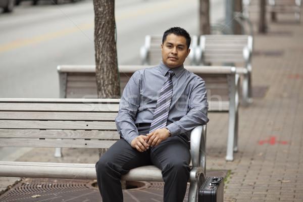Сток-фото: Hispanic · бизнесмен · сидят · скамейке · портфель · складе