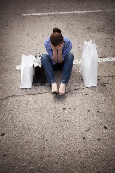 Elveszett nő ül parkolóhely bevásárlótáskák fiatal nő Stock fotó © dgilder