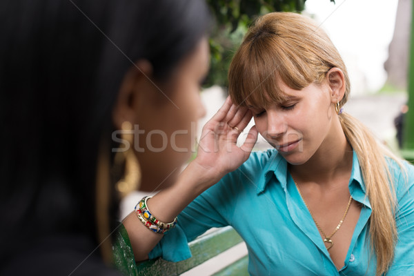 2676233kadın baş ağrısı konuşma arkadaş insanlar sağlık