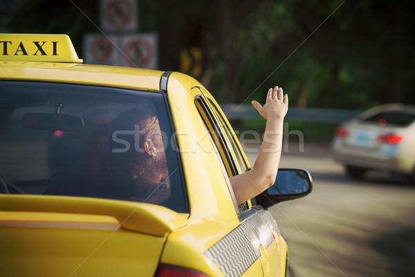 Vrouw taxi hand uit auto Stockfoto © diego_cervo