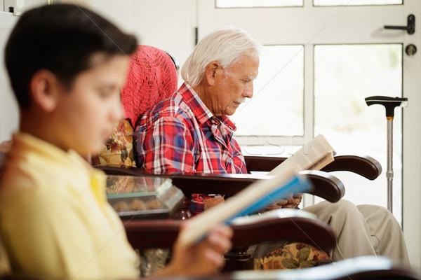 внук дедушке чтение книга расслабляющая домой Сток-фото © diego_cervo