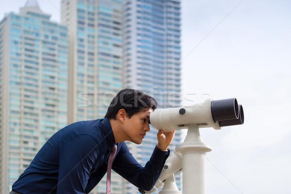 Asian człowiek biznesu lornetki patrząc miasta portret Zdjęcia stock © diego_cervo