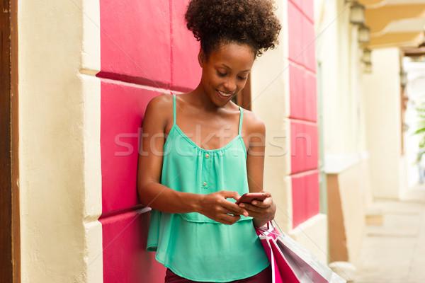 Afroamerikai lány vásárlás sms üzenetküldés telefon afroamerikai nő Stock fotó © diego_cervo