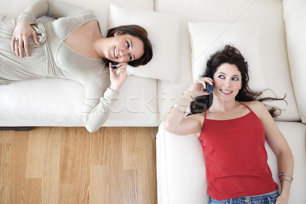 ストックフォト: 友達 · 携帯電話 · 2 · 若い女性 · ソファ