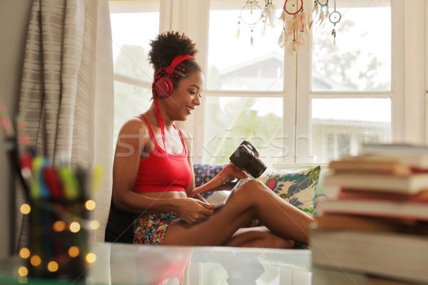 Kobieta zdjęć kamery laptop dość czarny Zdjęcia stock © diego_cervo