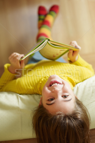 Fille lecture livre lit enfants enfant Photo stock © diego_cervo