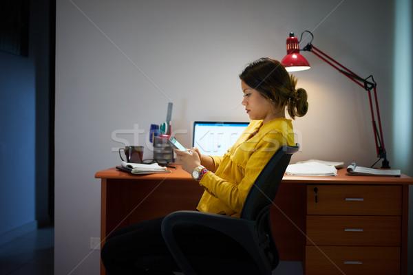 Photo stock: Fille · étudiant · étudier · nuit · un · message · téléphone