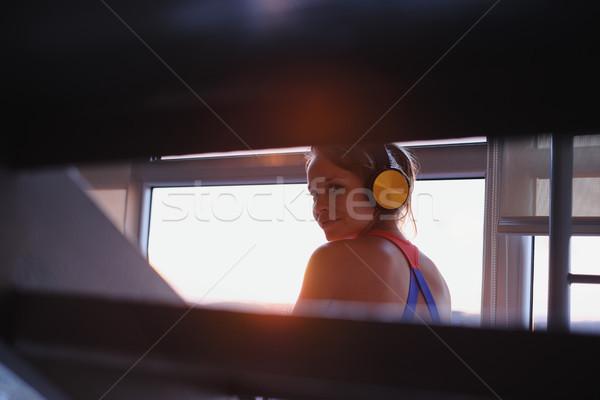 Jonge vrouw luisteren naar muziek draadloze mooie Stockfoto © diego_cervo