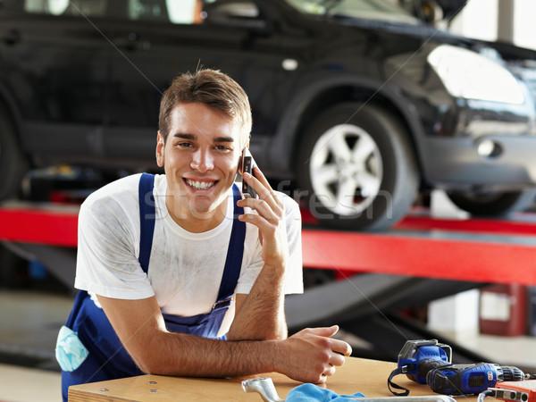 Monteur portret praten mobiele telefoon auto reparatie Stockfoto © diego_cervo