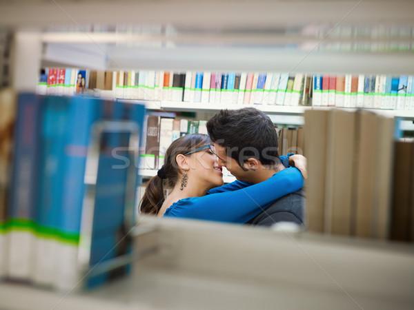 Stockfoto: Studenten · zoenen · bibliotheek · twee · achter