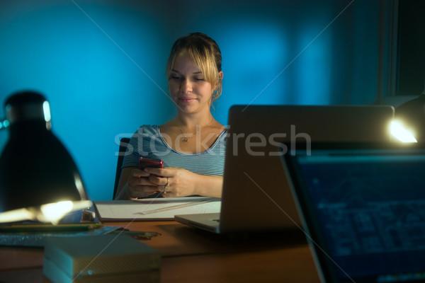 Mujer decorador de interiores teléfono de trabajo tarde Foto stock © diego_cervo