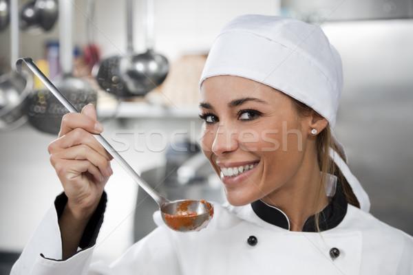 Сток-фото: повар · женщины · глядя · камеры · улыбаясь · женщину