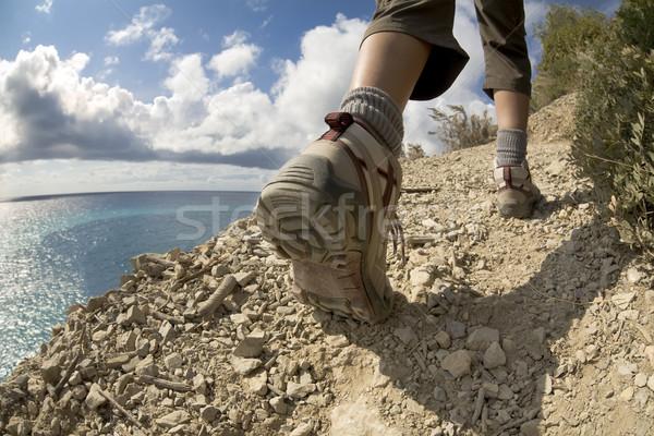 Turystyka młoda kobieta Urwisko morza niebo sportu Zdjęcia stock © diego_cervo